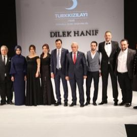 Modacı Dilek Hanif'ten Türk Kızılayı yararına defile