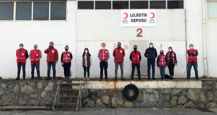 İzmir'de depremden etkilenen ve evlerine giremeyen vatandaşlarımıza gıda malzemesi desteği.